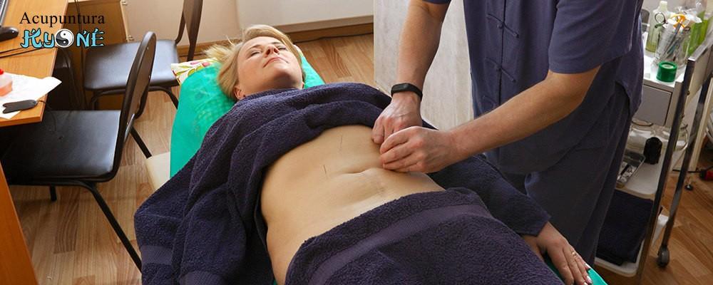 Acupuntor aplicando acupuntura con agujas para adelgazar.